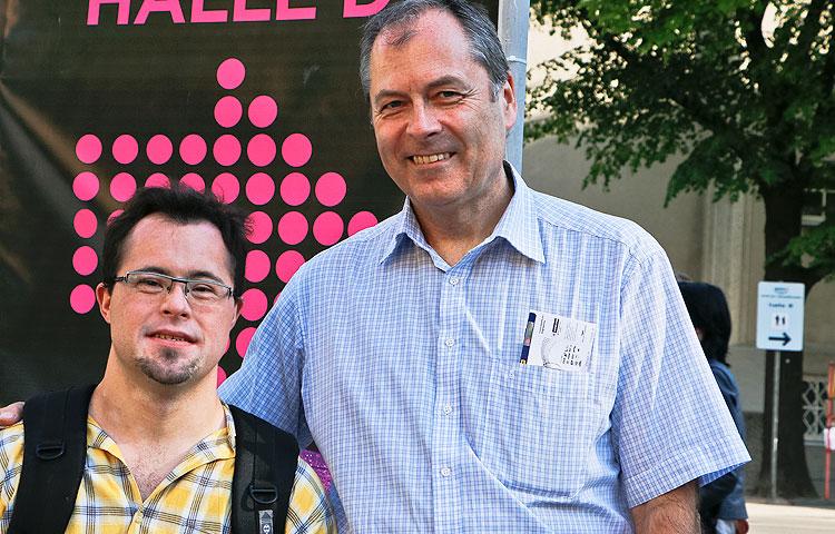 Wienissä asuvat Bernhard Schmid sekä hänen poikansa Aleksander kävivät katsomassa Euroviisujen ensimmäistä pukuharjoitusta.