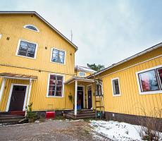 Vanhan koulurakennuksen ylläpito asumiskunnossa vaatii jatkuvaa työtä.