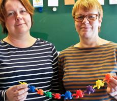 Erityisluokanopettajat Eeva-Kaisa Alamäki ja Leena-Maija Tolonen käyttävät opetuksen apuvälineenä monenlaisia keinoja ja kapistuksia, joista yksi on värikäs kamelikaravaani.