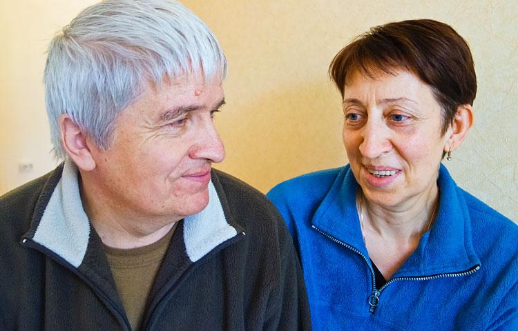 """""""Meillä on sama ilo ja sama ongelma! Me katsomme samaan suuntaan ja näemme samat asiat"""", pohtivat Natalia ja Sergei Gunosov elämäänsä Mihail-pojan kanssa."""