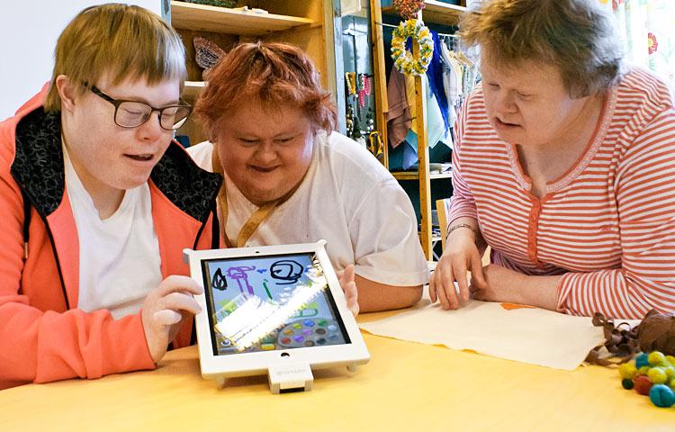 Sanni-Kaisu Penttilä, Riina Trelin ja Nina Nurmi piirtävät tableteilla erityisesti satuhahmoja. Lemppareita ovat muun muassa Muumit, Nalle Puh ja Nasu sekä Hugo-peikko.