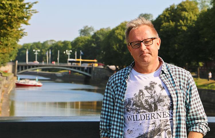 Vares-teosten tapahtumat sijoittuvat Turkuun, joka on ollut Mäen kotikaupunki jo vuosikymmenten ajan.