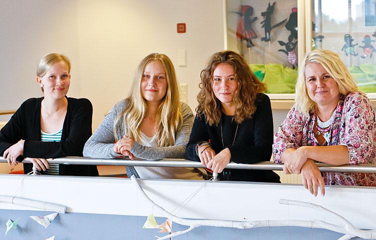 Lehtori Katja Österberg (oik.) luotsaa Siina Karia, Silja Laurilaa ja Sara Aholaa kohti lähihoitajatutkintoa Omnian ammattiopistossa.