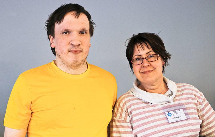 """Ilkka Viitamäki ja hänen työvalmentajansa Pirjo Moisas ovat molemmat töissä Malminniityssä. """"Meillä on monimuotoinen työyhteisö, jossa on hauskaa olla töissä"""", kiteyttää Moisas."""