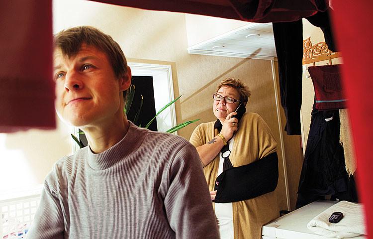 Pyykkihommat ovat Virpi Vakkilalle mieluisia, Mira Roivas on paikalla tarvittavaa apua ja neuvoja varten.