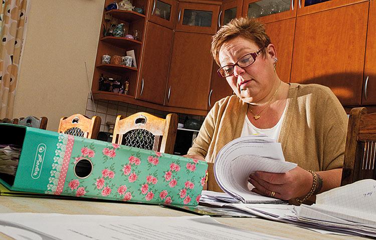 Mira Roivas suorittaa kehitysvamma-alan erityisammattitutkintoa työnsä ohessa. Perhekodin arjen ja opintojen yhteensovittaminen sujuu hyvin.
