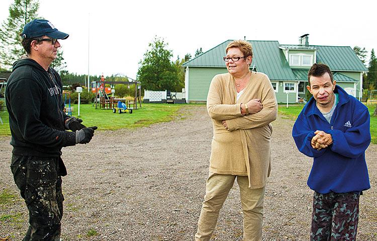 Tuumaustauko kesken pihahommien. Mira Roivaksen puoliso Vesa Aho on töissä Niittykummussa, Ville Rosnell on kodin pitkäaikainen asukas.