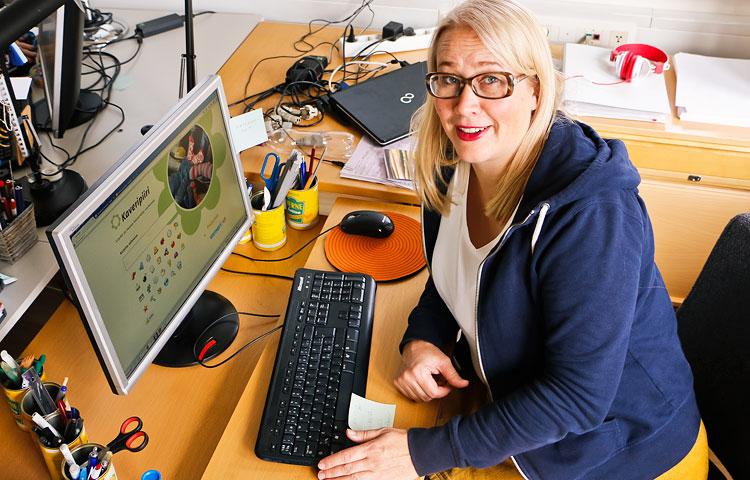 Kaveripiiri-yhteisöpalvelun kehittäjä Niina Sillanpää toimii myös palvelun ylläpitäjänä ja seuraa palvelussa käytäviä keskusteluja.