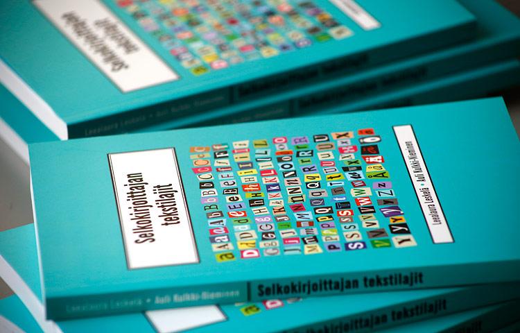 Selkokirjoittajan tekstilajit -kirjassa on konkreettisia ohjeita erilaisten selkotekstien kirjoittajille sekä runsaasti esimerkkejä erilaisista selkokielisistä teksteistä.