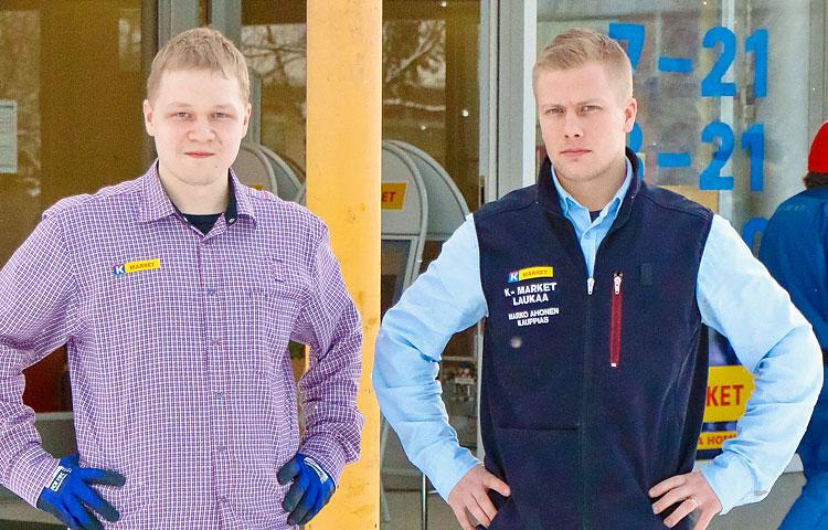 Mikko Pekkola on solahtanut työyhteisöönsä joustavasti ja hän hoitaa kaikki työtehtävänsä erittäin hyvin täysin itsenäisesti. Kauppias Marko Ahonen on syystä tyytyväinen.