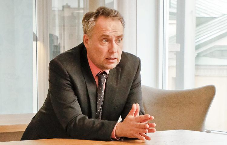 Työ- ja elinkeinoministeriön ylitarkastaja Patrik Tötterman toivoo, että kehitysvammaisen asiakkaan liiallisesta suojelusta olisi päästävä eroon ja sen sijaan ryhdyttävä rohkaisemaan häntä.