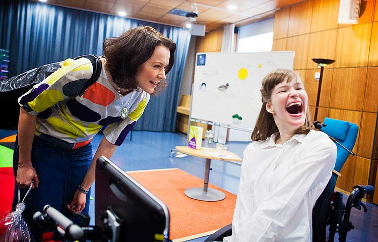 Rouva Haukio jutteli vapautuneesti oppilaiden kanssa. Annika Törmänen oli innoissaan tavatessaan rouva Haukion henkilökohtaisesti.