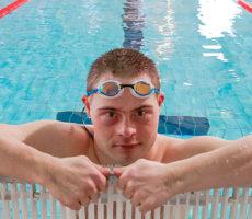 Tatu Kantonen harjoittelee Raision uimahallissa kolme kertaa viikossa.