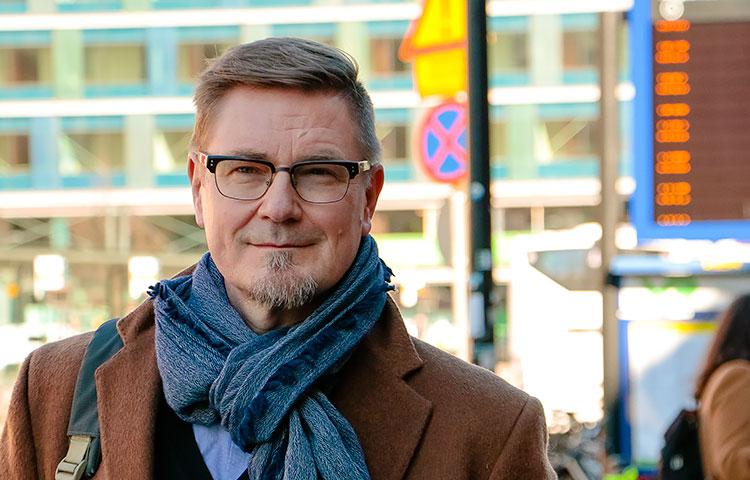 """Mikko Oranen joutuu työssään matkustamaan hyvin usein Helsinkiin. Kahdeskymmenes vuosi tulee täyteen ensi helmikuussa, joten hänellä on vielä kotvanen aikaa miettiä, miten merkkipäivää juhlisi. """"Täytyy ehkä lennolla tilata kahvin lisäksi pullaa"""", tuumii Oranen."""