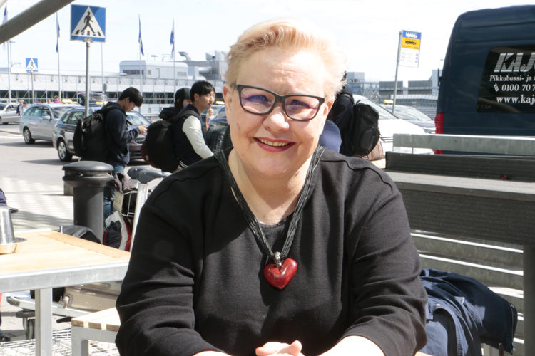 Europarlamentaarikko Sirpa Pietikäinen lentää viikoittain Suomen ja Brysselin väliä. Helsinki-Vantaan lentokenttä on käynyt hänelle vuosien kuluessa tuttuakin tutummaksi.