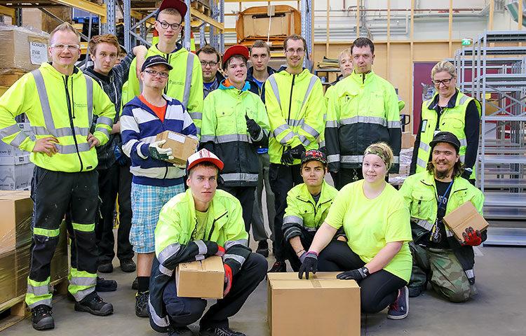 Keskuspuiston ammattiopiston varastonhoitajaopiskelijat siirsivät Kehitysvammaliiton kirjavaraston Helsingin Malmilta omiin toimitiloihinsa Metsälän kaupunginosassa.