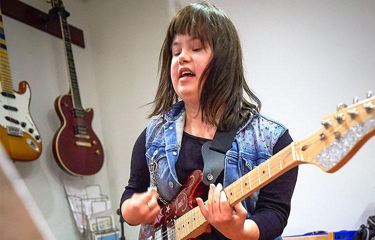 Ina Turusella on sekä oikea asento että asenne kitaran soittoon.