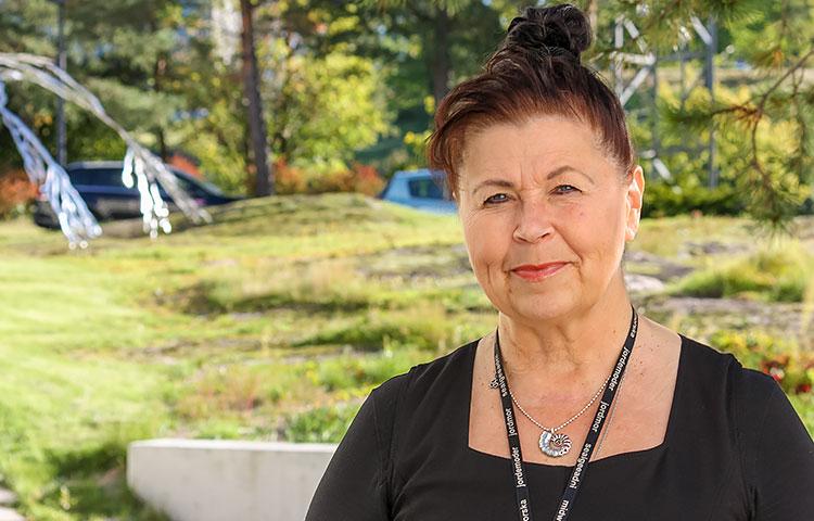 Seksuaalikasvattaja Katriina Bildjuschkin korostaa, että kehitysvammaiset nuoret olisi huomioitava ensisijaisesti teini-ikäisinä, ei vammaisina.