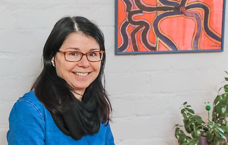 Itsenäisen asumisen palveluesimies Katja Takala toivoo, että sosiaalinen isännöinti laajenisi osaksi kehitysvammaisten ihmisten itsenäisen asumisen perustoimintaa.