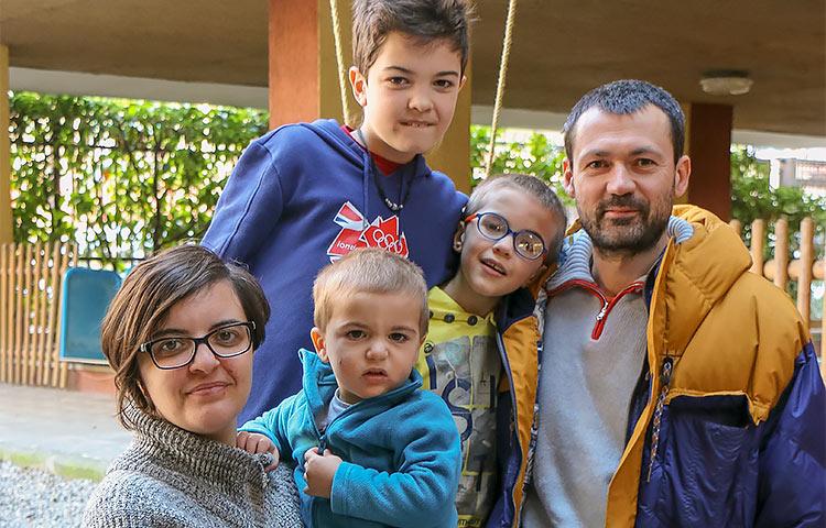 Frigeriot, äiti Isabella, isä Marco sekä lapset Leonardo, Elia ja Martino viihtyvät Condominio solidale di Bruzzanon kodissaan erinomaisesti. Lisäbonuksena lapset kasvavat luontevasti erilaisuutta kunnioittaviksi ihmisiksi.