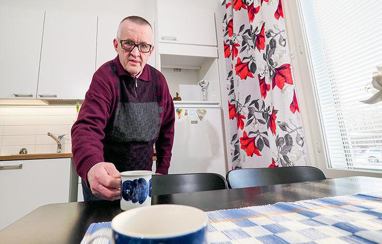 Arto Luukko nauttii siitä, että voi keitellä kahvit omassa kodissaan juuri silloin kuin haluaa - ja kun sattuu tulemaan vieraita.