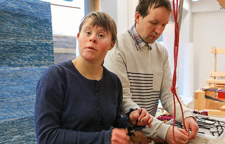 Hilma Mustakallio ja Aleksander Kämärä kutoivat taiteilija Jaakko Leeven suunnittelemaa ryijyä, jonka tekeminen sujuu jo rutiinilla.