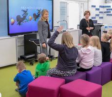 Luokanopettaja Sari Koskenkari sekä erityisluokanopettaja Vuokko Palokangas luotsaavat yhdessä Tähtiluokan oppilaita.