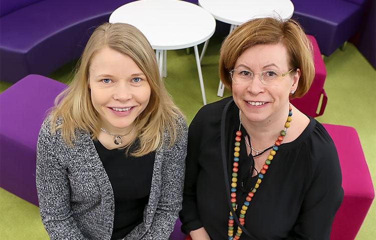Luokanopettaja Sari Koskenkari (oik.) sekä erityisluokaopettaja Vuokko Palokangas luotsaavat yhdessä Tähtiluokan oppilaita.