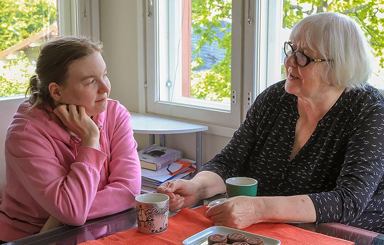Jenny Kärkkäinen on Eine Isotalon perheeseen sijoitetuista lapsista toiseksi nuorin. Muu joukko on jo kadonnut maailmalle, mutta kotoa löytyy aina tukea ja apua sitä tarvitseville.