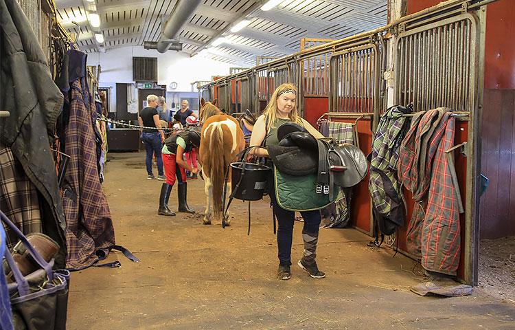 Kellokoskella sijaitseva Pikkupihlajan ratsastuskoulu on Jenny Kärkkäiselle kuin toinen koti. Hänen apuunsa ja asiantuntemukseensa voivat luottaa niin tallin työntekijät kuin asiakkaatkin.