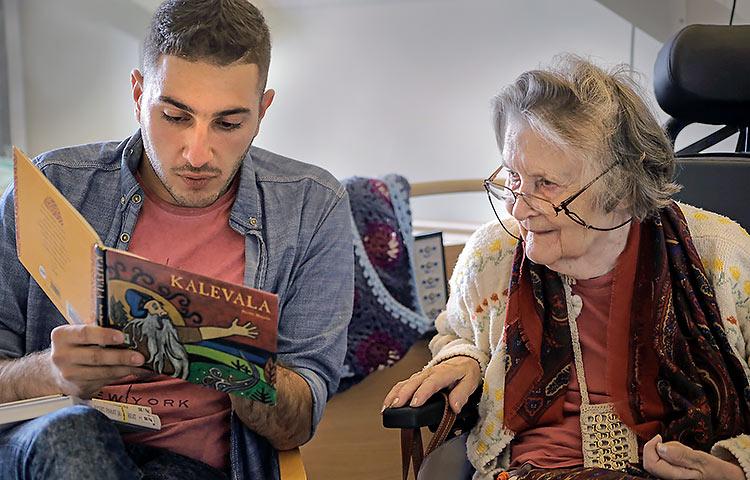 Irakilainen Waleed Altalib tutustui Paula Elomaan kanssa helmikuussa Kalevalaan. Myllypuron monipuolinen palvelukeskus Helsingissä oli mukana Selkokeskuksen Minä luen sinulle -kampanjassa. Kuva: Kaisa Kaatra