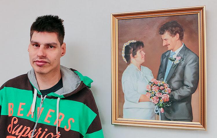 Vuodet vierivät. Kuvassa Teemu ja hänen vanhempiensa hääkuva 80-luvulta.