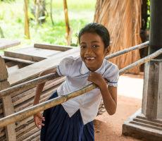 SreyLeang Hun, 13, harjoittelee kävelemistä bamburiu'uista viritettyjen kaiteiden avulla.