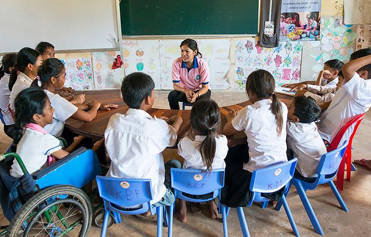 Pheakday Chab opettaaa erityisluokalle kirjaimia, numeroita ja monia tärkeitä käytännön taitoja. Luokassa on valoisa tunnelma. Lapset malttavat kuunnella toistensa vastauksia ja kannustaa toinen toisiaan.