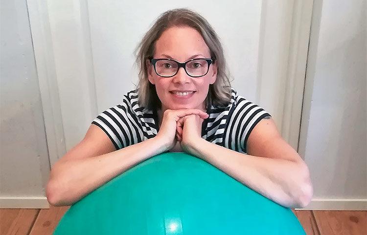 Anita Ahlstrand toimii liikuntatieteellisten aineiden lehtorina Metropolia Ammattikorkeakoulussa ja on työskennellyt yli 20 vuotta ruohonjuuritasolla lasten ja nuorten liikkumisen parissa. Kuva: Tommy Weckström