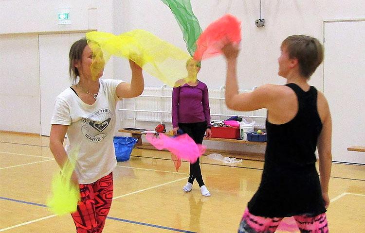 Parin kanssa jongleeratessa harjoitellaan fyysisten taitojen lisäksi sosiaalisia taitoja. Kuva: Anita Ahlstrand