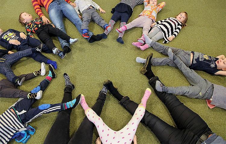 Ryhmässä tehtävässä rentoutumisessa harjoitellaan toisen läheisyyden sietämistä ja erilaisia yhteistyötaitoja. Kuva: Kalervo Valli