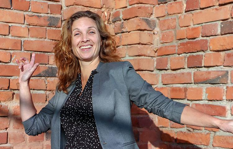 Madelon van Tilburg kävi marraskuussa Kehitysvammaliiton opintopäivillä esittelemässä Buurtzorgin toimintamallia salintäyteiselle yleisölle.