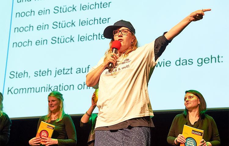 Selkokieli taipuu myös räpiksi. Hildesheimin yliopiston professori Christiane Maaß muuntautui MCMaaßiksi ja kertoi viime syksynä räpin voimin yliopiston science slamissä, miten tekstistä saa vielä vähän helpompaa. Kuva: Martin Schreiner