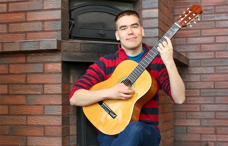 Erkki Riekkolalle musiikki on kaikki kaikessa. Hän vetää työkseen musiikkituokioita Perhekodin muille asiakkaille.