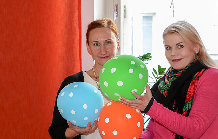 Laura Päiväpurolla ja Eveliina Ikosella oli monta palloa ilmassa projektin kuluessa.