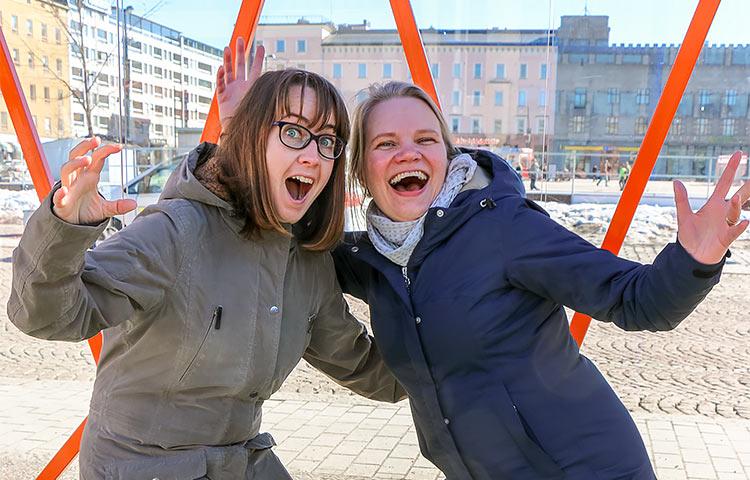 Projektisuunnittelijat Enni Ruuth ja Elina Huttunen suhtautuvat työhönsä suurella vakavuudella.