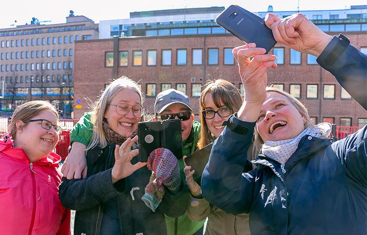 Tauolla Lahden torilla raitista ilmaa haukkaamassa Sanna Koskimaa, Kehitysvammaliiton kouluttaja Niina Sillanpää, Tommi Grönroos, Enni Ruuth ja Elina Huttunen.