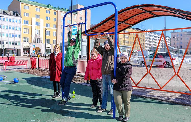 Tulevat vertaisvalmentajat tauolla. (Vas.) Krista Pelkonen, Tommi Grönroos, Sanna Koskimaa, Seppo Aaltonen ja Maarit Leikas.