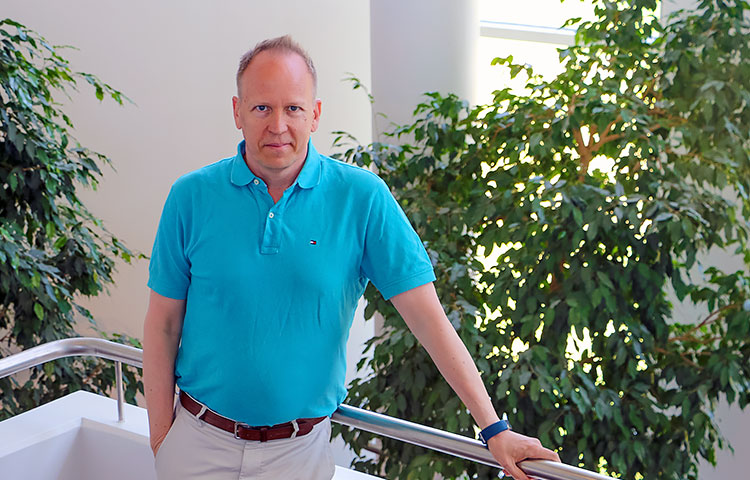 Psykologi Jarkko Rantanen kouluttaa työyhteisöjä vahvistamaan tunnejohtamista ja tunnetaitoja.