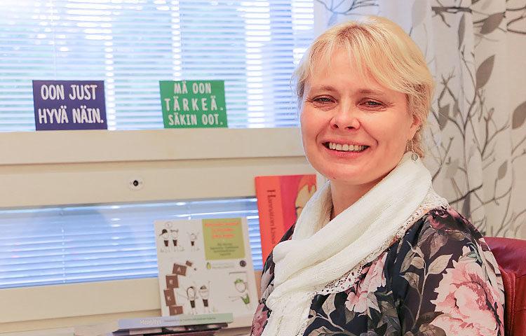 Kehitysvammapsykologi Anna-Elina Leskelä-Ranta saa myös itse voimaa omista huoneentauluistaan.