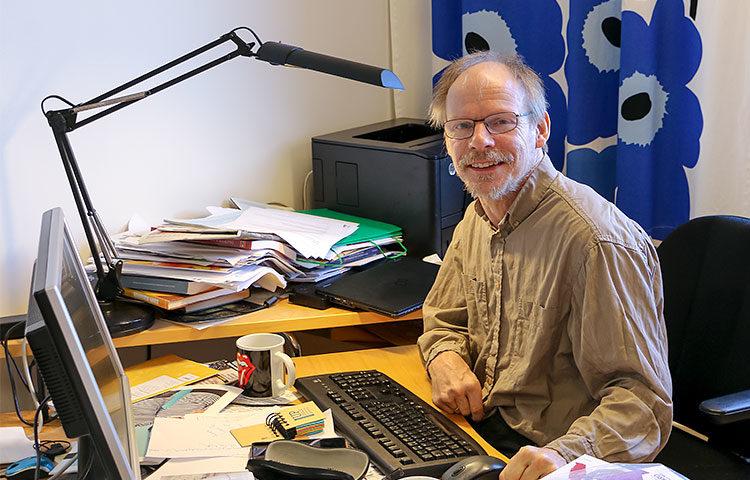 Tutkimuspäällikkö Antti Teittisen työpöydällä vallitsee luova kaaos.