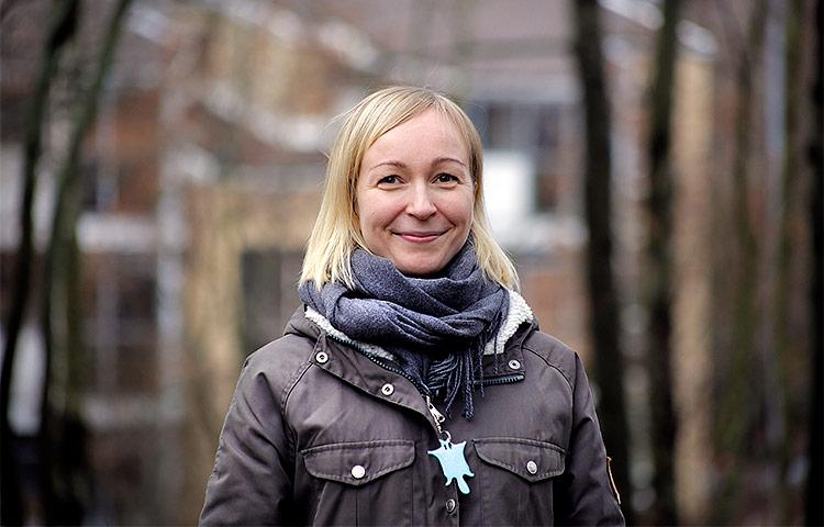 Projektisuunnittelija Elina Kinnunen on työskennellyt aiemmin sekä turvapaikanhakijoiden ohjaajana vastaanottokeskuksessa että vanhustenhoidossa. Kuva: Kaisa Kaatra