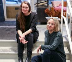 Projektipäällikkö Katriina Rosavaara ja projektityöntekijä Janette Aho kehittelevät uusia tapoja työllistää erityistä tukea tarvitsevia taiteilijoita.