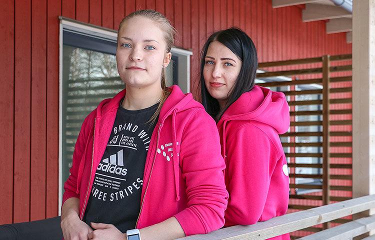Lähihoitajat Eveliina Lepistö ja Roosa-Maija Raitio ovat löytäneet yhteisen sävelen haastavasti käyttäytyvien asukkaiden kanssa.